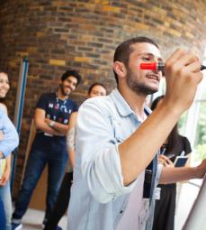 La Total Energy Summer School a rassemblé 84 étudiants venant de 33 pays différents, 75 experts de Total et de l'industrie et 40 professeurs des chaires et universités partenaires de Total. Au cours de ce programme intensif, les étudiants ont planché en groupe sur trois sujets :