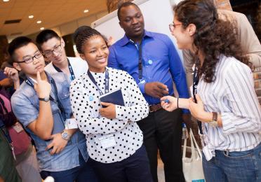 """La TotalEnergies Energy Summer School a rassemblé 84 étudiants venant de 33 pays différents, 75 experts de TotalEnergies et de l'industrie et 40 professeurs des chaires et universités partenaires de TotalEnergies. Au cours de ce programme intensif, les étudiants ont planché en groupe sur trois sujets : """" Vers une énergie meilleure """", """" La salle de classe du futur """" et """" Exploitons le potentiel de la diversité """". Les professeurs et experts de l'industrie, quant à eux, ont travaillé ensemble sur différents thèmes tels que l'innovation, la R&D et les partenariats universitaires."""