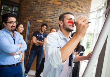 """La Total Energy Summer School a rassemblé 84 étudiants venant de 33 pays différents, 75 experts de TotalEnergies et de l'industrie et 40 professeurs des chaires et universités partenaires de TotalEnergies. Au cours de ce programme intensif, les étudiants ont planché en groupe sur trois sujets : """" Vers une énergie meilleure """", """" La salle de classe du futur """" et """" Exploitons le potentiel de la diversité """". Les professeurs et experts de l'industrie, quant à eux, ont travaillé ensemble sur différents thèmes tels que l'innovation, la R&D et les partenariats universitaires."""