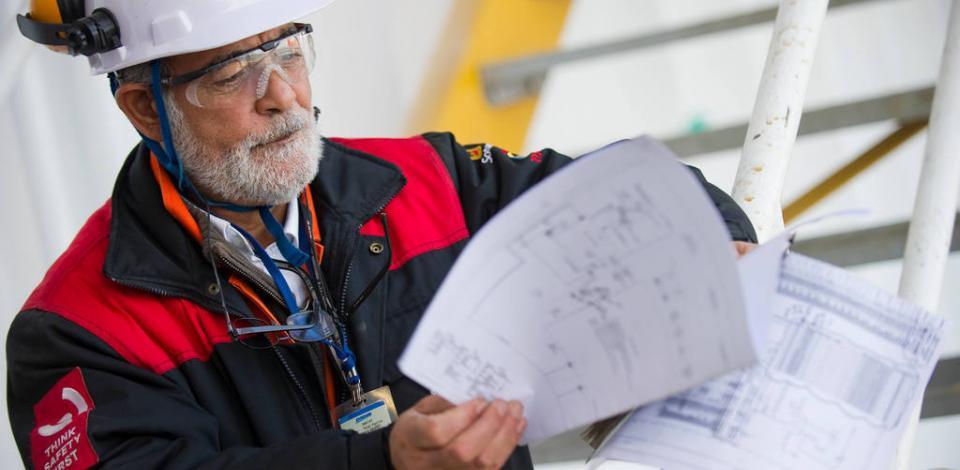 Opérateur TotalEnergies dans son environnement de travail. FPSO de Pazflor sur le chantier DSME à Geoje en Corée du Sud.