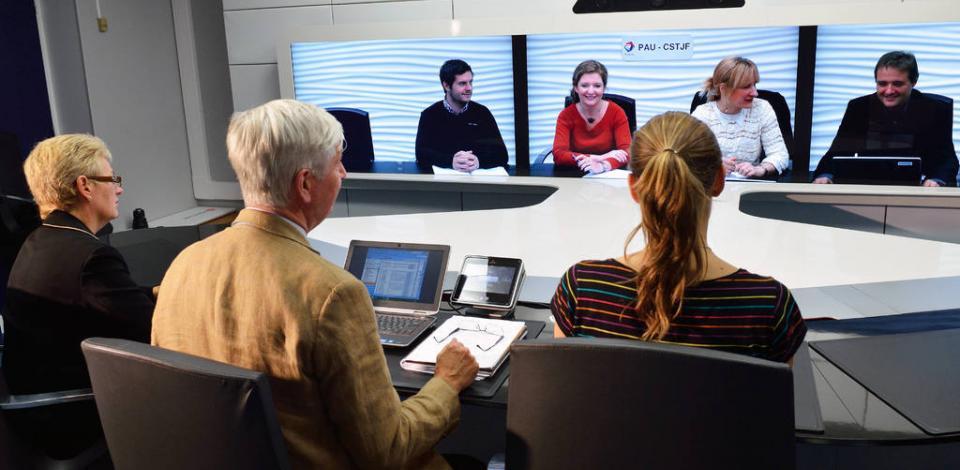 Collaborateurs en salle de visioconférence au 12e étage de la Tour Coupole, La Défense.