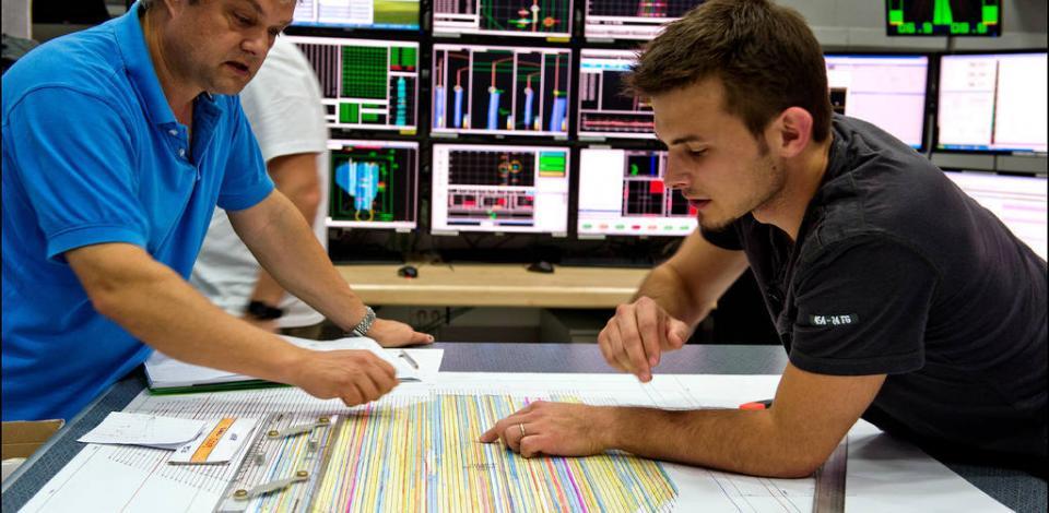 Paul Endicott, QC sismique et représentant client, et Eddy Brosille, TotalEnergies, dans la salle de mesure. Campagne sismique sur le Polarcus Nadia prés de la plateforme Yadana, TotalEnergies Myanmar.