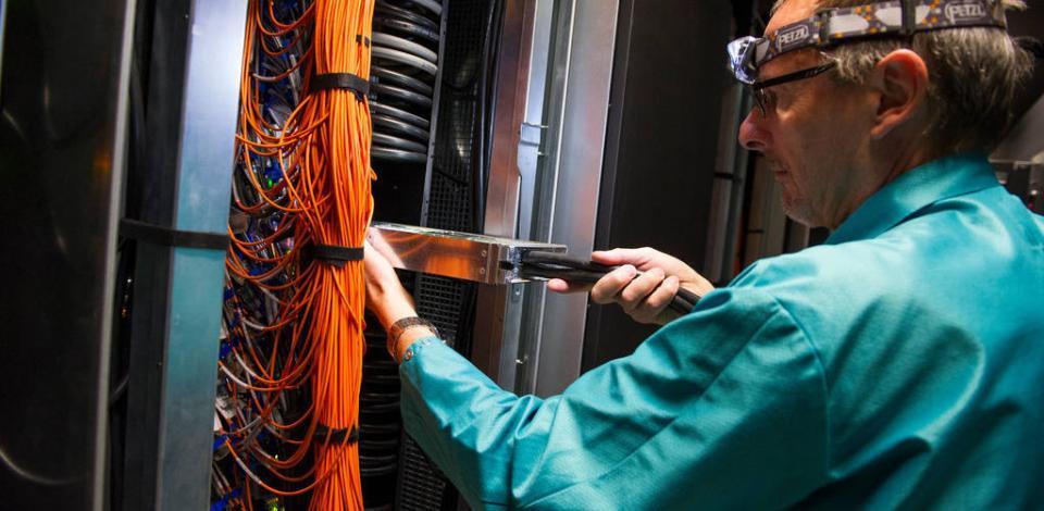 Super calculateur HPC (calcul de haute performance) : James Scarborough, technicien, sortant une lame de calcul.