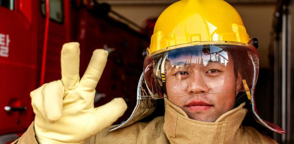 Opérateur posant pour la campagne de sécurité Total Commitment. Usine de Daesan, Corée du Sud.