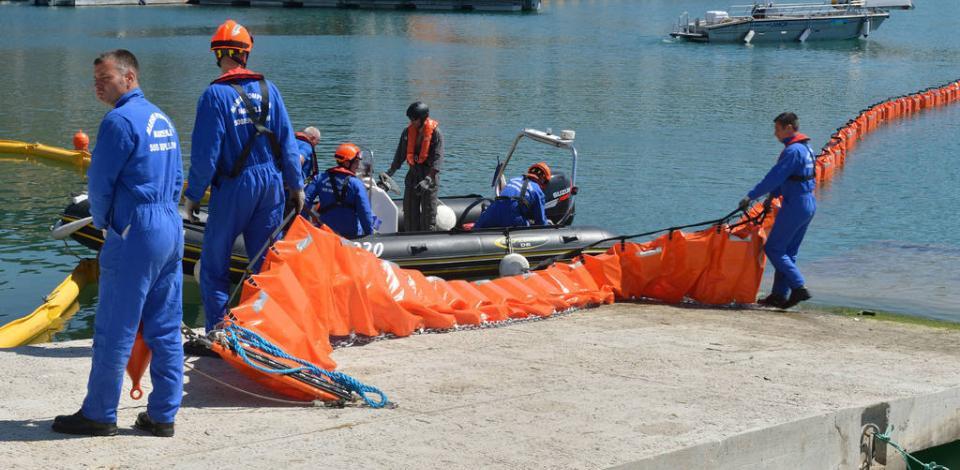Démonstration, par les marins-pompiers, des moyens de lutte contre la pollution des hydrocarbures ( Fast Oil Spill Team ) à L'Estaque, Marseille.