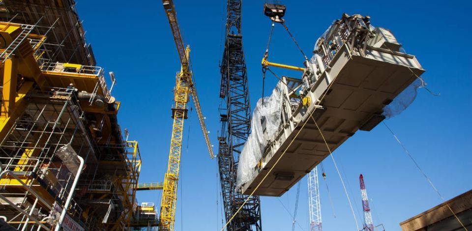 Levage du turbo générateur en cours et approche finale sur l'upper deck. Construction de la plateforme OFON 2, à Ulsan.
