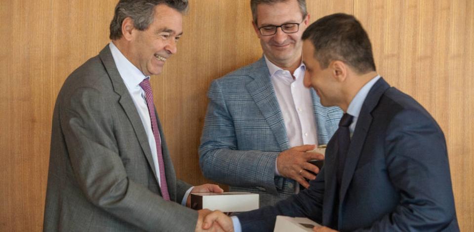 Signature d'accord pour la création de la joint venture Gazpromneft-TotalEnergies PMB visant à produire et commercialiser des bitumes de spécialités et des émulsions de bitumes pour le marché russe. Jean-Louis Bonenfant, VP Europe de l'Est, du Nord, Centrale, et CEI, et Arcady Egizaryan, directeur général Gazprom Neft Moscow Refinery.