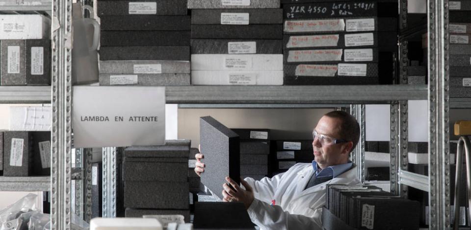 Philippe LODEFIER, responsable du département matériau polymère, effectuant un contrôle visuel d'aspect et de forme de matériau dans le laboratoire EPS (polystyrène expanse). Centre de recherche de Feluy.
