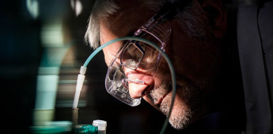 Jacques BOHIC, chimiste analyste, effectue un dosage potentiométrique au laboratoire des eaux. Raffinerie de Donges