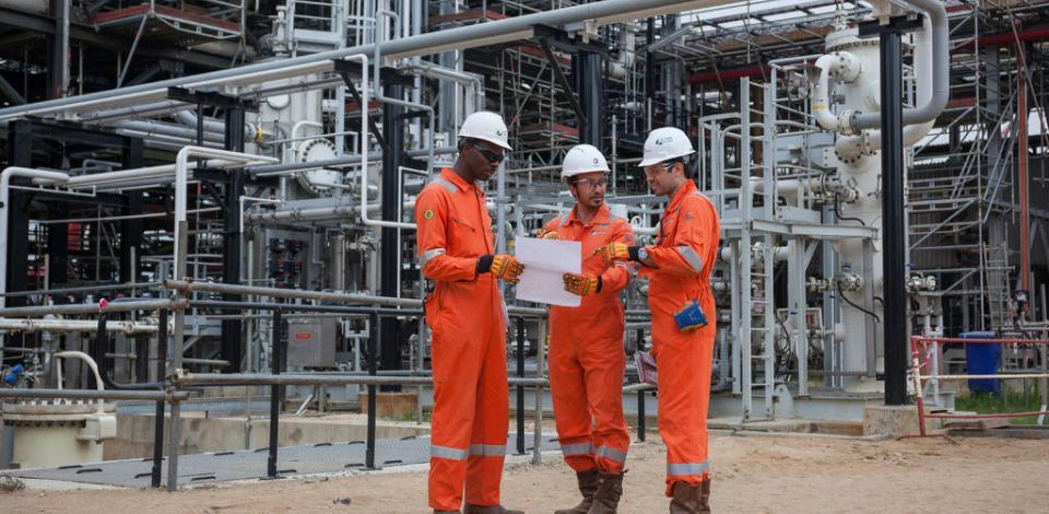 Opérateurs en inspection dans l'usine. OML58 Up grade, station de pompage d'Ogbogu.