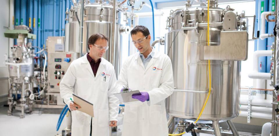 Wayne Jones et Sébastien Rifflart dans le Fermentation pilot. Total New Energies USA, Inc.