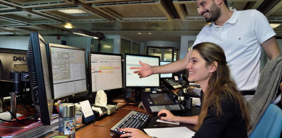 Traders en charge des opérations, dans la salle de trading Total.