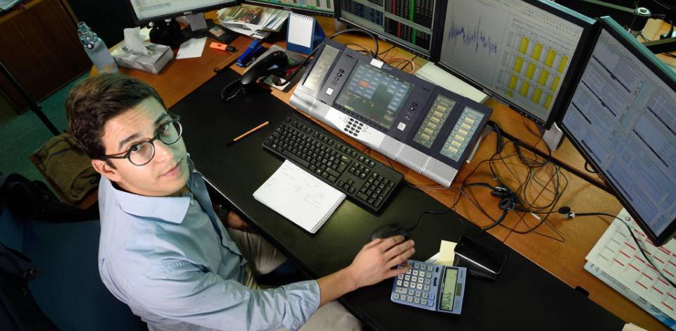 Trader en charge des opérations, dans la salle de trading Total.