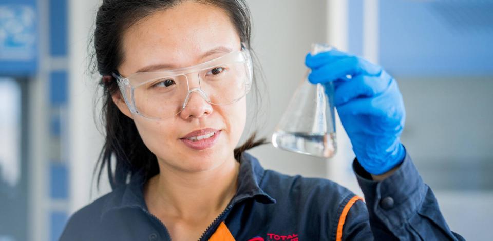 Laborantine faisant des essais. Usine de polymères de Ningbo