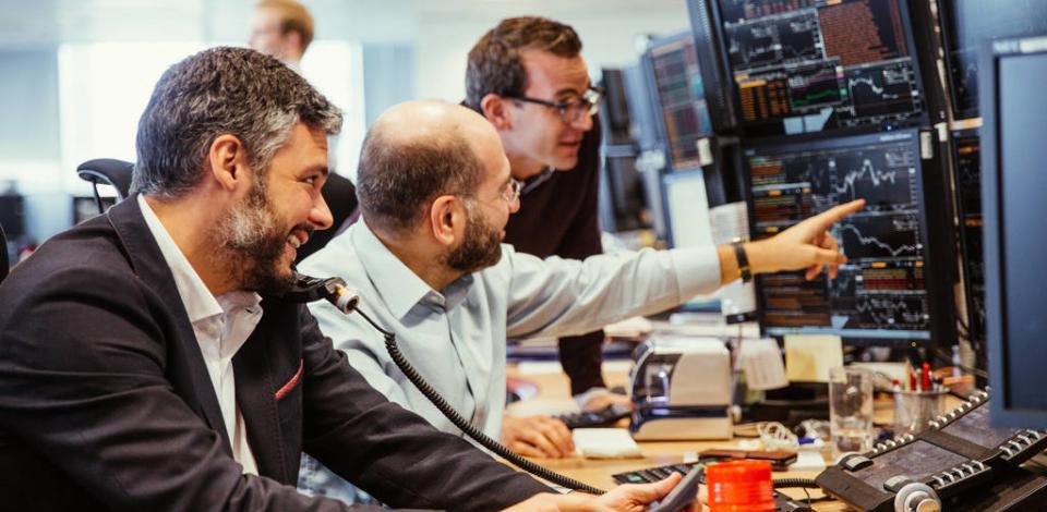 Traders dans la salle de trading Total de Londres