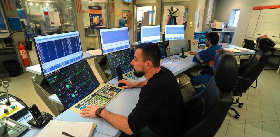 Collaborateurs en salle de contrôle du PolyStyrène (PS). Plateforme de Carling Saint-Avold, Moselle, France.