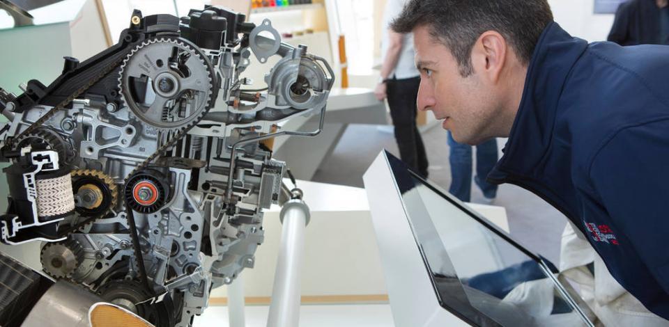 Un démonstrateur, piloté par une tablette tactile, présente le trajet des fluides de carburant, lubrifiant et AdBlue© dans un moteur. CRES, Solaize.